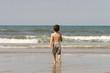 petit garçon qui marche sur la plage