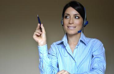 Mulher ativa ao telefone e caneta na mao