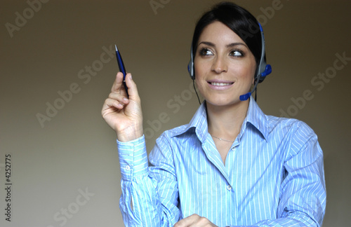 Leinwandbild Motiv Mulher ativa ao telefone e caneta na mao