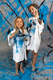 Deux soeurs font de la peinture poster