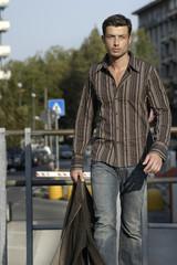Modelo caminhando pela rua