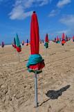 parasols rouges et bleus poster