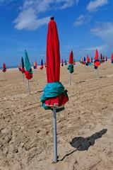 parasols rouges et bleus