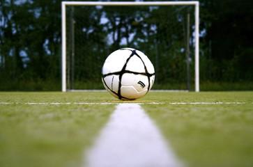 pallone da calcio di fronte alla porta