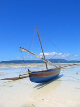 Detail van een vissersboot die op een strand, Nosy Iranja
