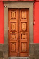 puerta roja y dorada en arucas Gran Canaria