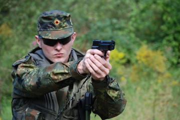 Deutscher Soldat mit Pistole im Anschlag