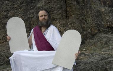Überheblicher Moses mit Steintafeln