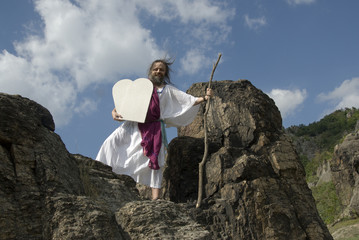 Moses kommt mit Geboten lachtend vom Berg