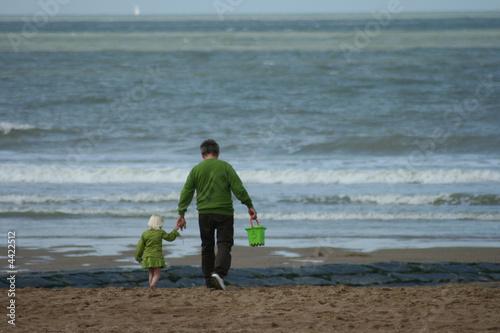 Un grand père et sa petite fille sur la plage