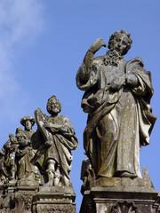 Estatuas em fila