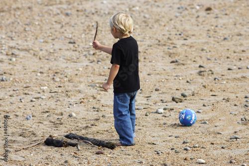 petit garçon blond sur la plage