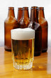 Cerveza vaso y botellas