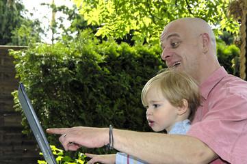 Mann und Kind am Computer