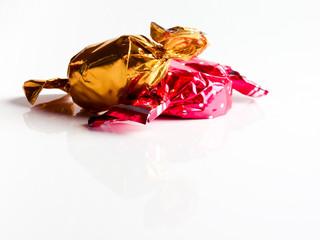 bonbons in roter und goldenener einwickelfolie