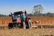 tracteur laboure un champ