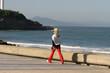 femme qui marche en bord de mer