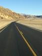 Straße durch Hügel
