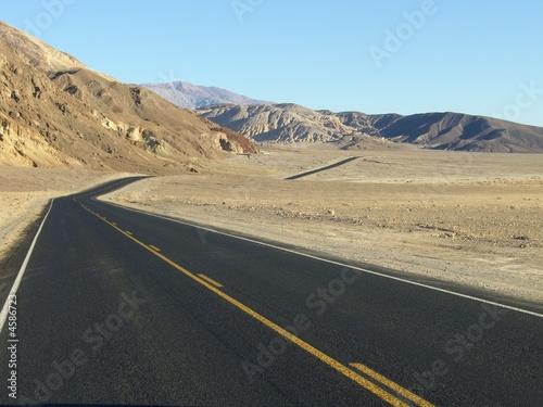 Straße durch Hügel - Death Valley
