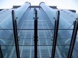 Immeuble en verre avec ascenceurs externes, Chine poster