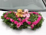 Décor de mariage: Ours en peluche dans un coeur de roses poster