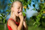 Fototapety In süßen Apfel beißen