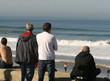groupe de personnes qui regardent la mer