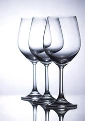 Drei leere Weingläser