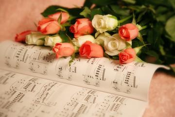 Rosen auf Notenheft