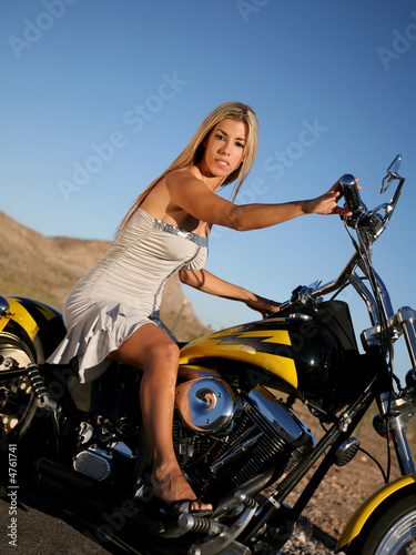Mulheres com sainha de moto, gostosa de sainha, babes on bike with skirt, Women on bike with skirt