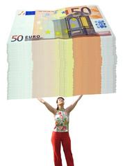 Frau trägt 50 Euro Scheine