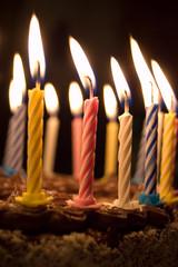 Geburtstagskerzen auf Torte