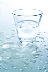 Glas mit gefrohrenem Wasser