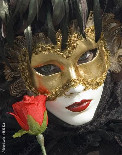 mascara y flor