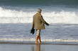 femme retraitée qui marche sur la plage