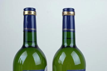 Zwei grüne Weinflaschen