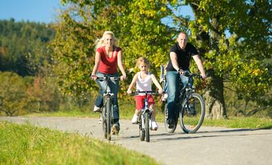 Familie fährt Fahrrad
