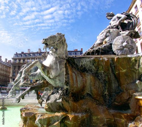 Statue femme tirée par quatre chevaux, Lyon, France