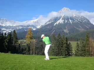 Golfspieler vor Alpenpanorama