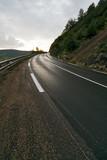 route virage de montagne humide après pluie asphalte danger poster