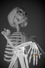 huesos fumando medio cuerpo