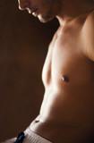 Fototapety corps torse nu et abdos de jeune homme sportif musclé sexy
