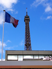 Sommet de tour Eiffel et drapeau français