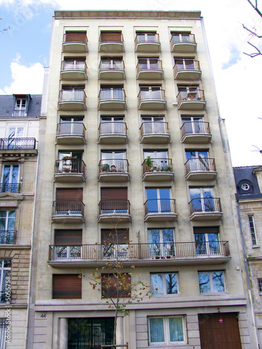 Immeuble moderne, balcons ronds, paris