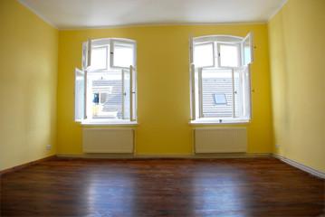 Leerer Raum mit offenen Fenstern