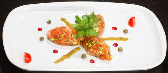 Salmon tartar with capers and pesto