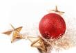 weihnachliche Dekoration mit goldenen Sternen und roter Christbaumkugel