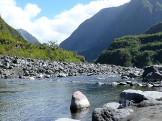 Rivière et ravine en haute montagne