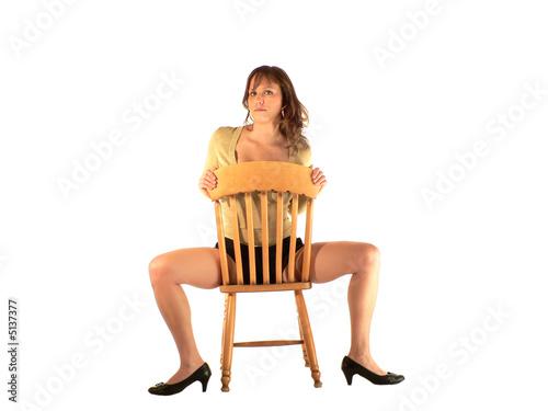 femme sexy jambes ecartées sur chaise