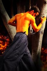 Hombre demonio con arbol